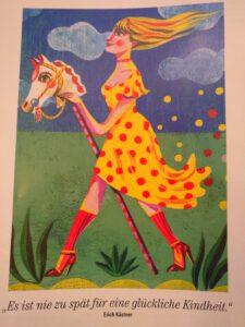 Frau mit buntem Kleid auf Steckenpferd