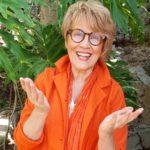 Susanne in Orange lachend