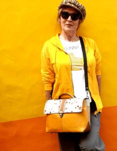 Gelbe Mauer mit Frau in gelb